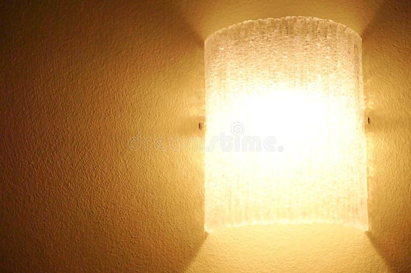 Lampan dekorerar på den bruna väggen royaltyfri foto