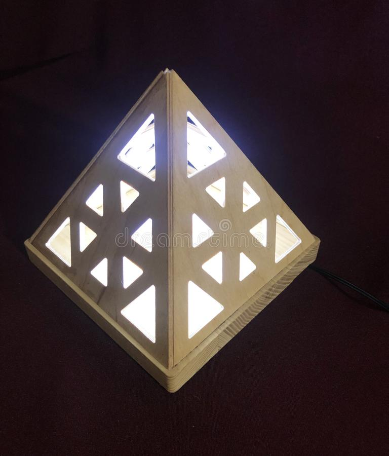 Lampan f?rl?ggas inom tr?pyramiden royaltyfria foton