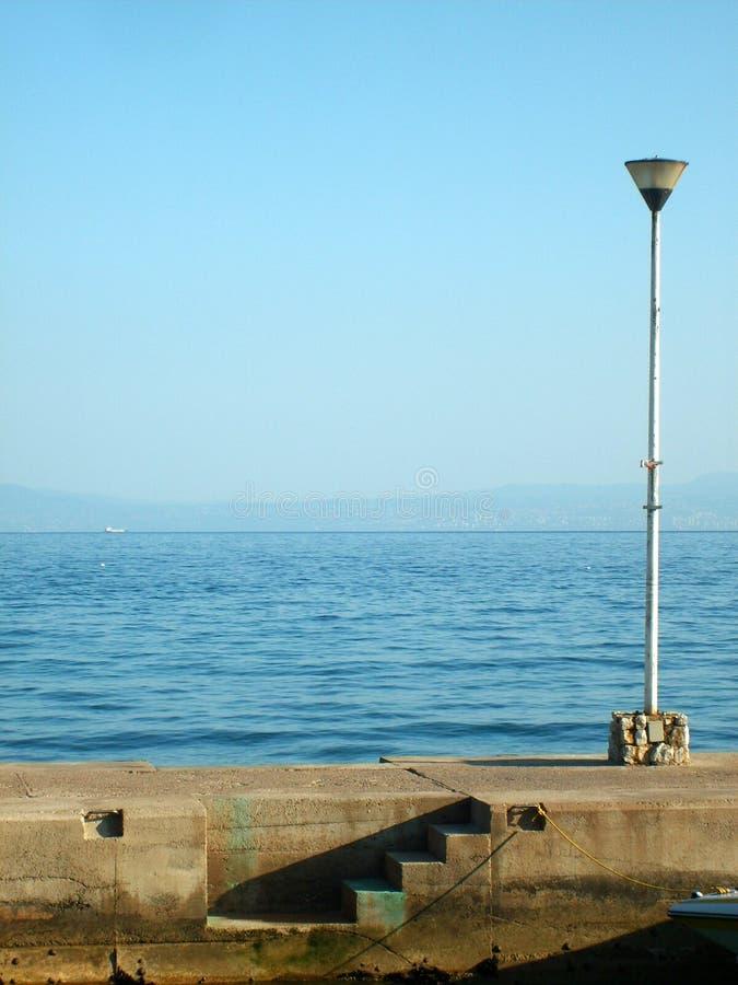 Lampan på kusten arkivbild