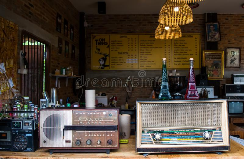 Lampang,泰国- 5月4,2018 :经典装饰、老收音机和咖啡店美丽的辅助部件在Tontang咖啡馆, Lampang的 库存照片