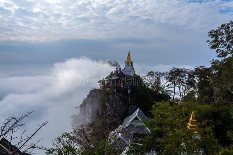 LAMPANG, ТАИЛАНД 20-ОЕ ЯНВАРЯ: Изумляя море Таиланда тумана на Pu Pha Daeng Wat Prajomk стоковые изображения