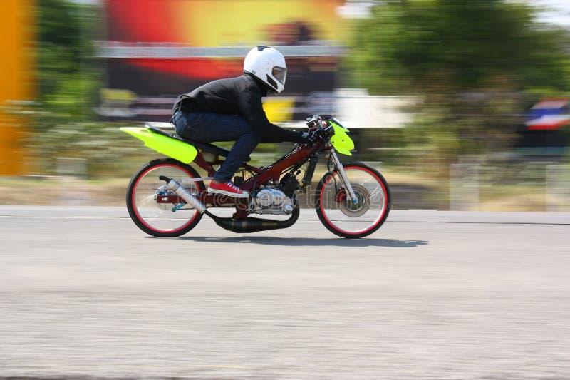 LAMPANG, TAILÂNDIA - 24 DE ABRIL DE 2010: Cavaleiro da motocicleta que compete a bicicleta do arrasto foto de stock