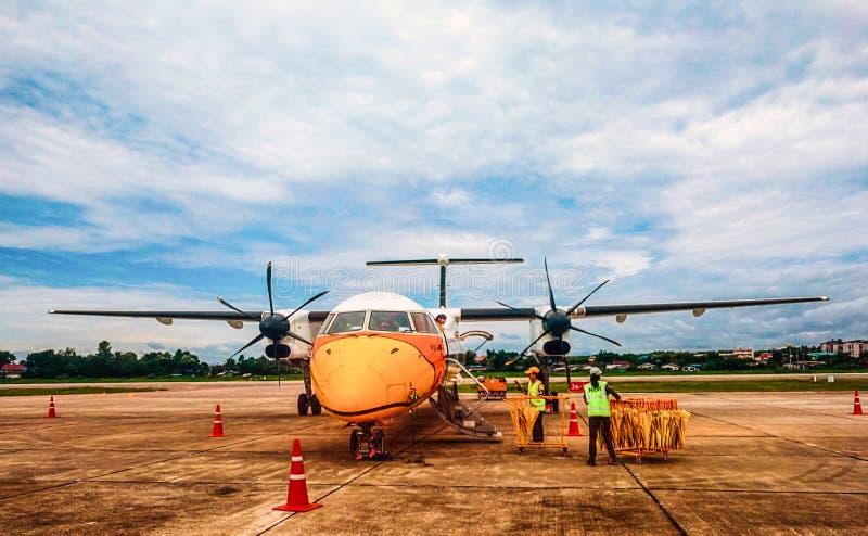 Lampang Tailandia 2017-08-05: Aterrizaje plano en el aeropuerto fotos de archivo libres de regalías