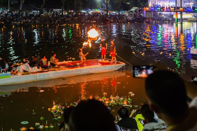 LAMPANG, TAILANDIA - el 22 de noviembre de 2018: Demostración y colorfu ligero imagen de archivo libre de regalías