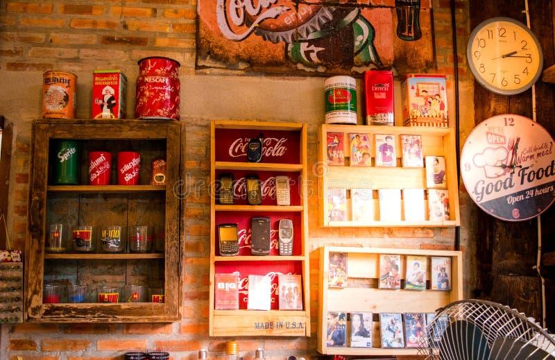 Lampang, Tailandia - maggio 4,2018: le decorazioni classiche, il vecchio telefono cellulare, il nastro a cassetta, Coca-Cola poss fotografia stock libera da diritti