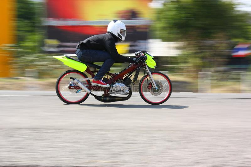 LAMPANG TAJLANDIA, KWIECIEŃ, - 24, 2010: Motocyklu jeźdza włóczydła bieżny rower zdjęcie stock