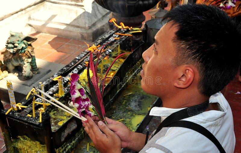 Lampang, Thaïlande : Homme priant avec l'encens photos libres de droits