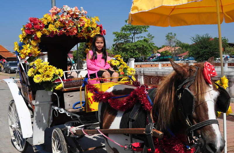 Lampang, Thaïlande : Petite fille dans le chariot de cheval image stock