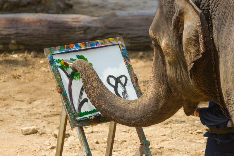 LAMPANG THAILAND - April 13, 2017: - Elefantmålning i bildträdram på det thailändska elefantbeskyddet arkivfoton