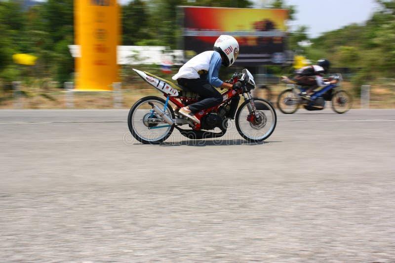 LAMPANG, THAILAND - 24. APRIL 2010: Motorradreiter, der Widerstandfahrrad läuft lizenzfreies stockfoto