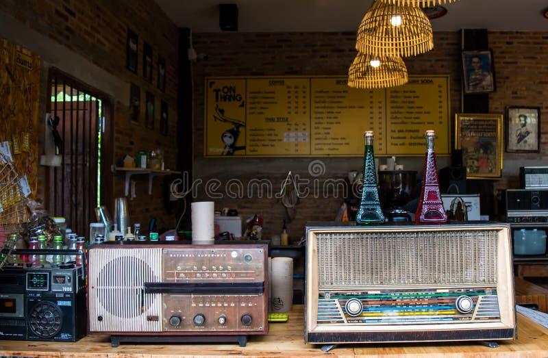Lampang Thailand - Maj 4,2018: klassiska garneringar, gamla radior och härlig tillbehör av coffee shop på det Tontang kafét, Lamp arkivfoto