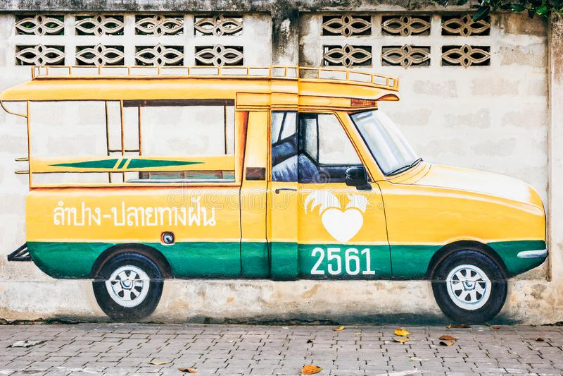 LAMPANG, THAILAND - op 11 Januari, 2019: Geelgroene muurschilderijminibus royalty-vrije stock afbeelding