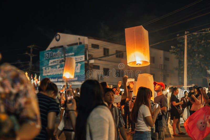 LAMPANG, THAILAND - op 22 November, 2018: De mensen nemen deel stock fotografie
