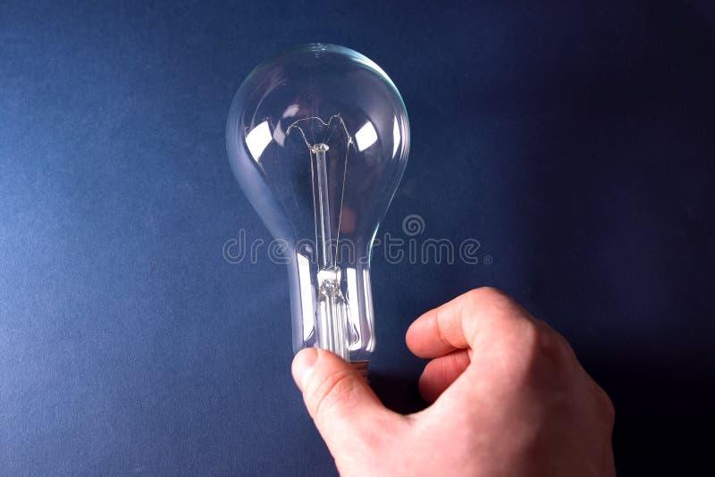 Lampe à incandescence dans la main La lampe est la source d'éclairage images stock