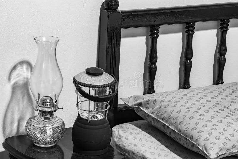 Lampe à pétrole de kérosène de plat-mèche de vintage et lampe à piles moderne photo libre de droits