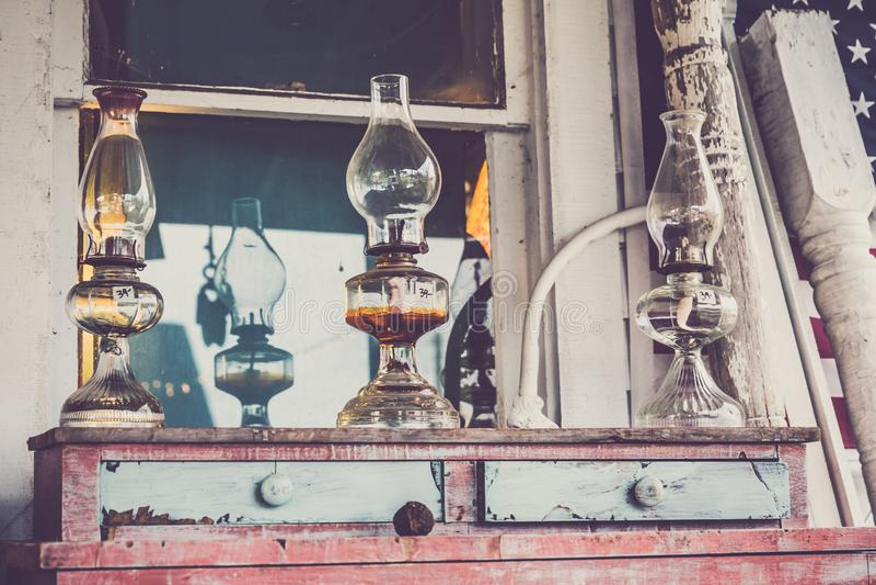 Lampe à pétrole en verre sur le coffre de vintage des tiroirs en bois photos stock