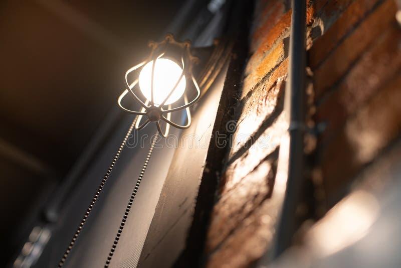 Lampe électronique antique, lampe de mur rouge, lampe de haut mur, lumière molle Mur de briques rouge La chaîne ouverte, arrêtent photo stock