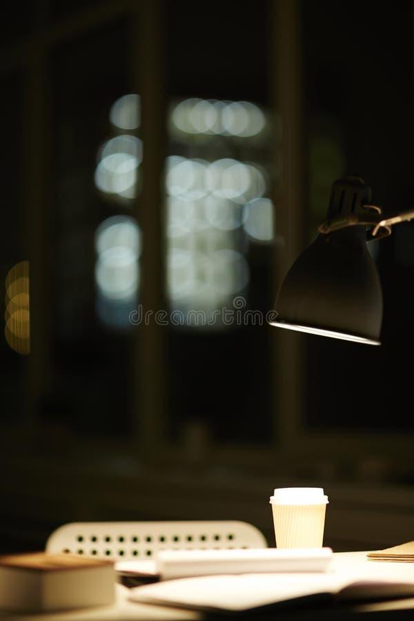 Lampe über Arbeitsplatz lizenzfreies stockfoto