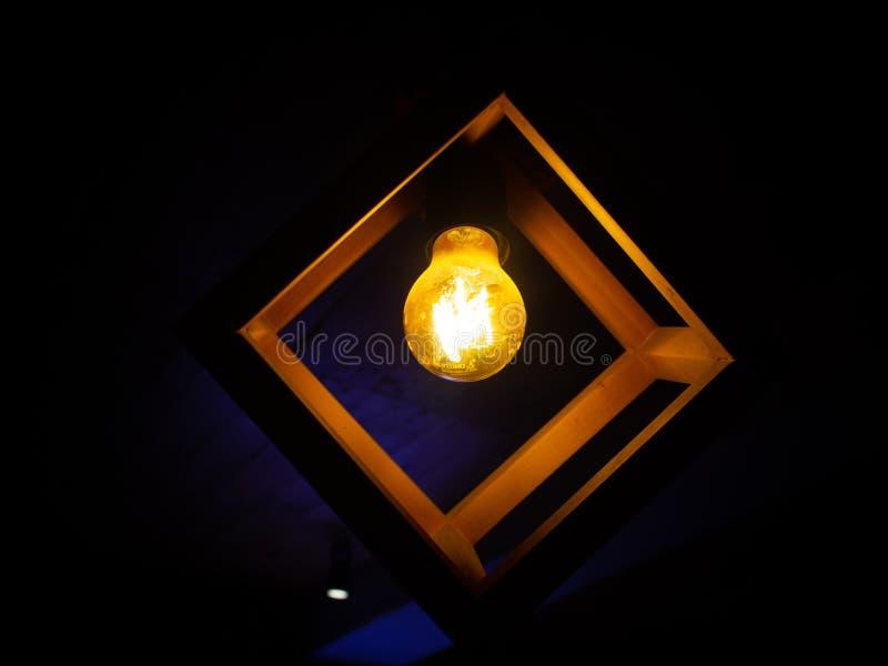 Lampe accrochante de cru avec l'ampoule rougeoyante jaune photographie stock libre de droits
