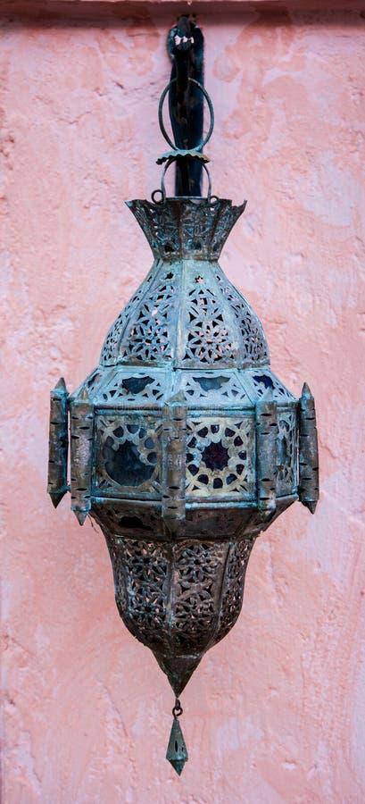 Lampe accrochante extérieure en métal fleuri image stock