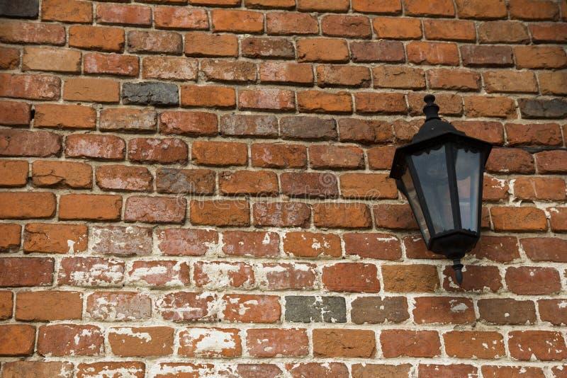 Lampe auf der alten Wand mit roten Backsteinen stockbild