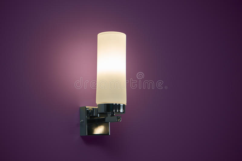 Lampe auf der rosa Wand stockfotografie