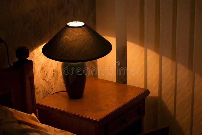 Lampe auf einem Nachtstandplatz lizenzfreies stockbild