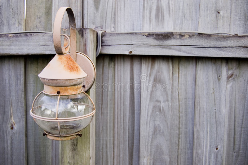 Lampe auf einem Zaun stockfotografie