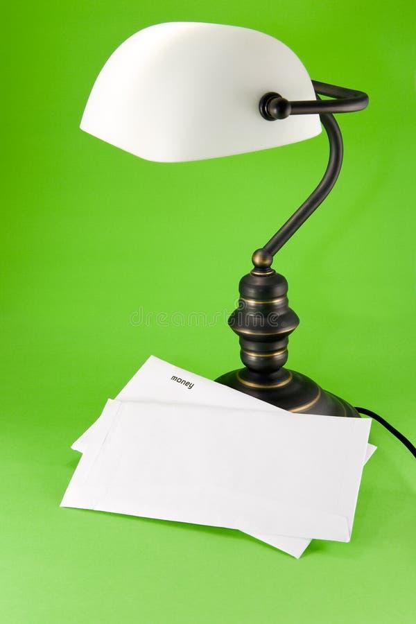 Lampe auf grünem Hintergrund lizenzfreie stockfotos
