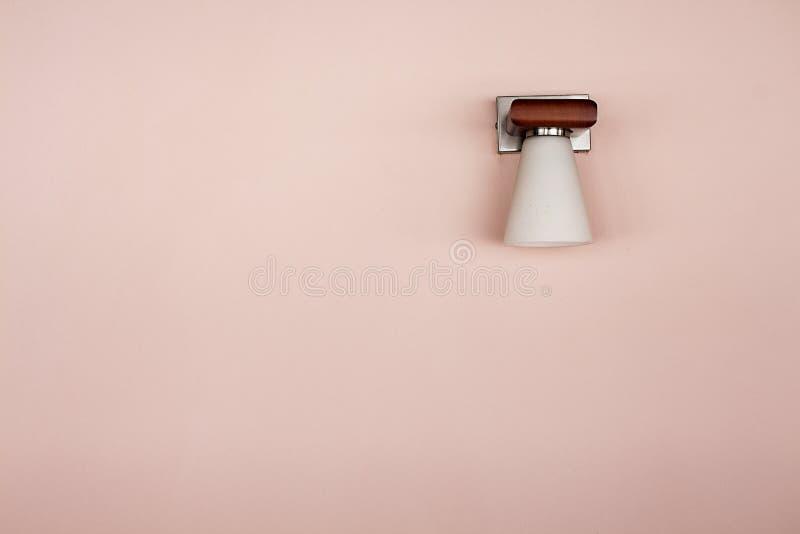 Lampe auf rosa Wand lizenzfreie stockbilder