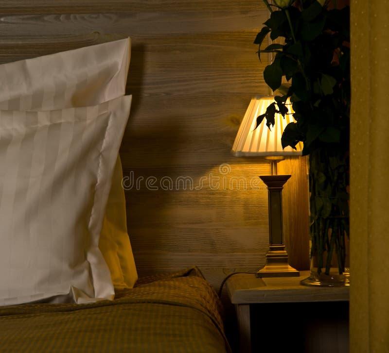 Lampe auf Schlafzimmer nightstand lizenzfreie stockbilder