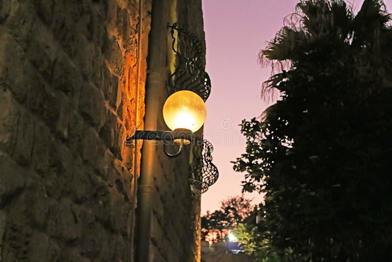 Lampe auf Straße der alten Steinstadt Jaffa in Tel Aviv stockbild