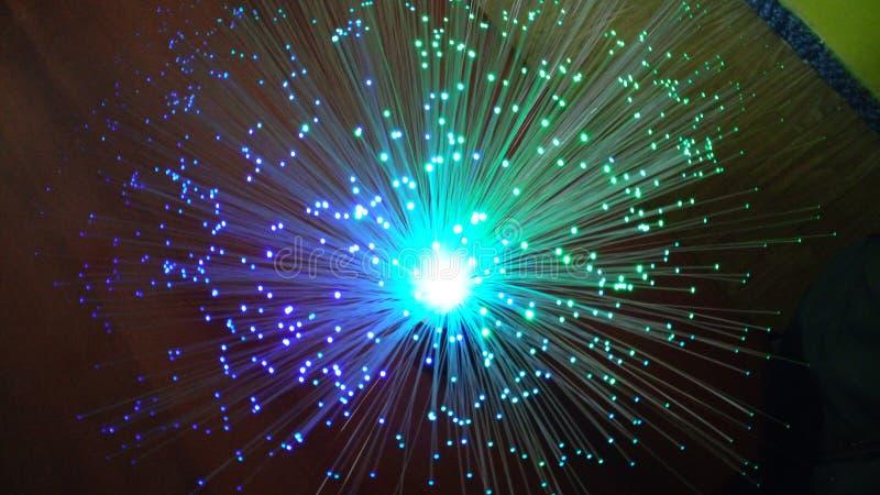 Lampe avec des filaments avec les lumi?res color?es images libres de droits