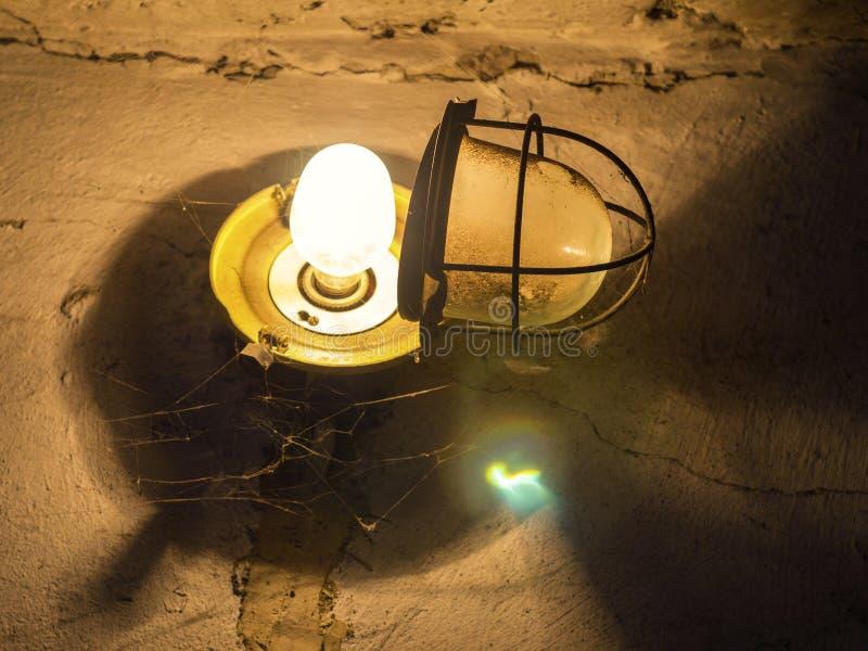 Download Lampe Avec Un Auvent Ouvert Dans Le Garage Image stock - Image du sort, décoration: 87700867