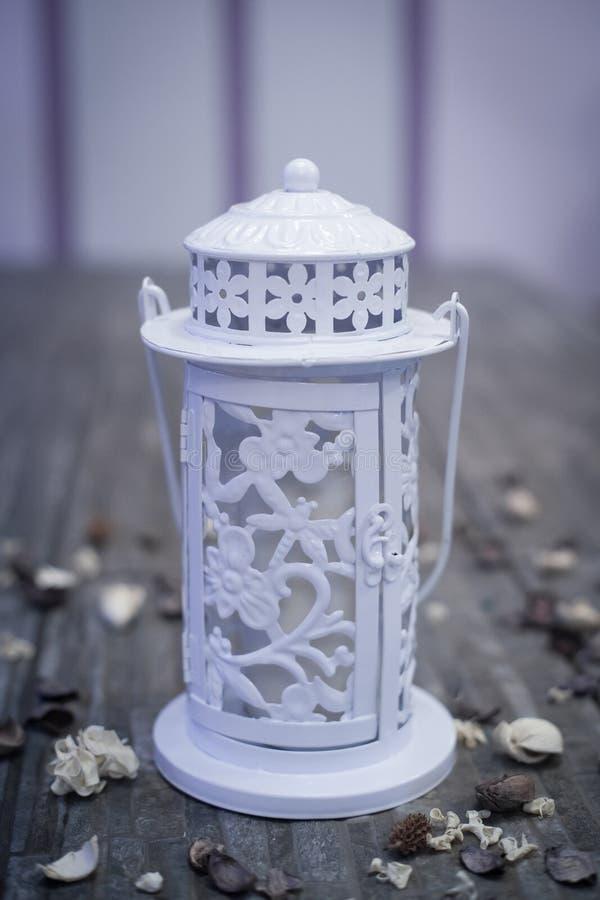 Lampe Blanche De Jardin Avec La Bougie Photo stock - Image ...