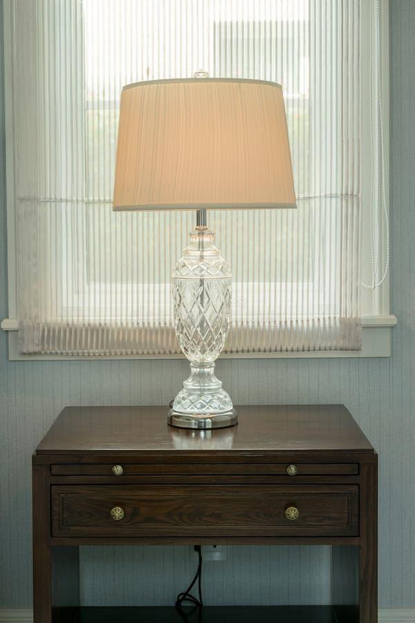 Lampe blanche sur la table en bois de chevet photos stock