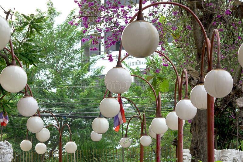 lampe blanche sur le pilier rouge en parc photo libre de droits