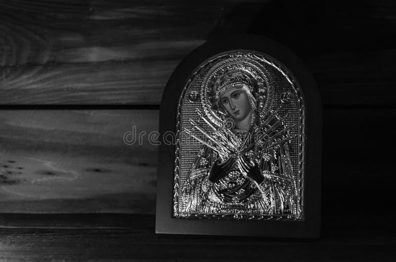 Lampe brûlante dans la chambre avec une icône orthodoxe photographie stock