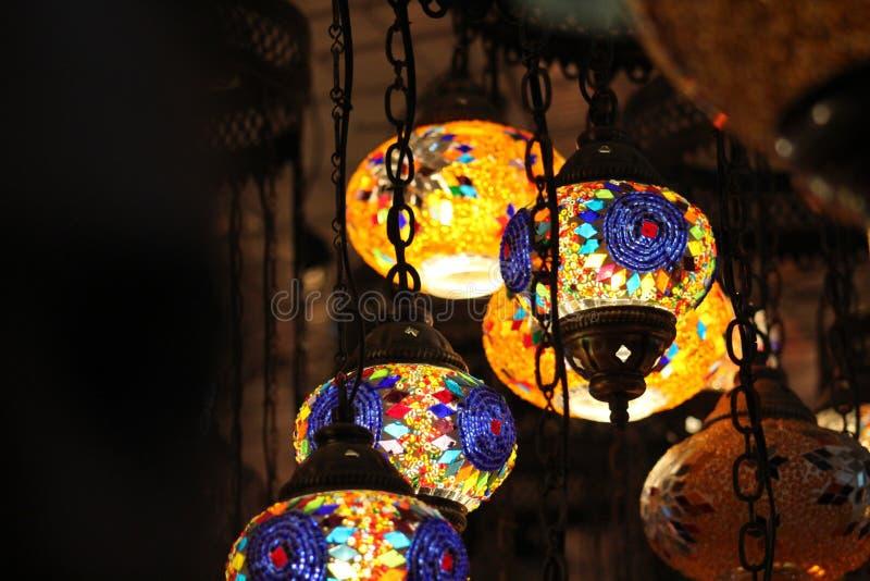 Lampe brune pendant allumée photo stock