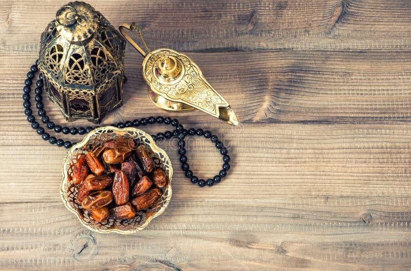 Lampe, chapelet et dates de Ramadan Décoration de vacances photographie stock libre de droits