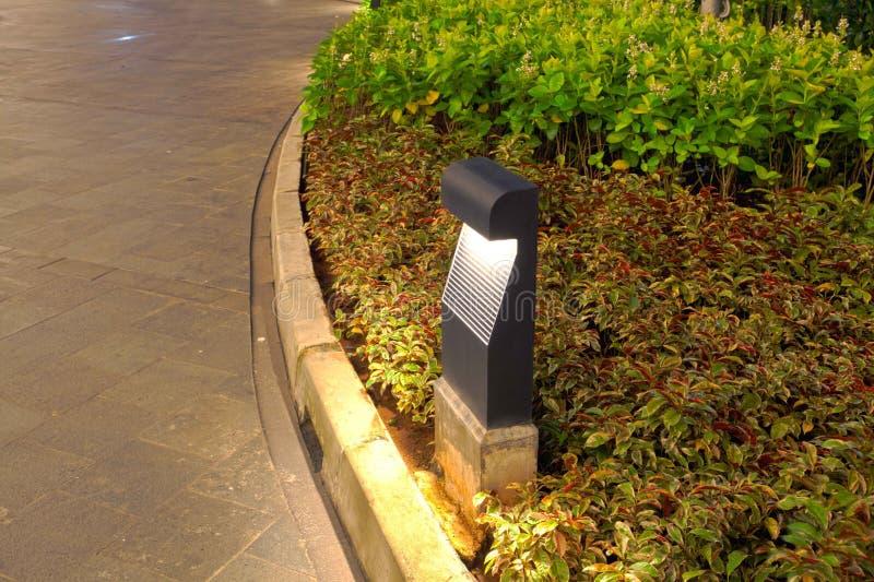 Lampe d'éclairage de jardin de voie image stock