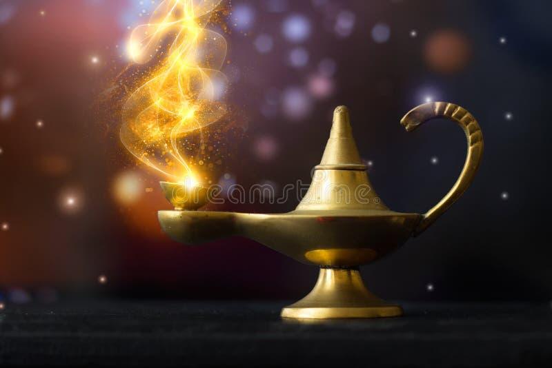 Lampe d'Aladdin magique, avec de la fumée scintillante d'or sortant ; valeurs maximales de concentration au poste de travail images stock