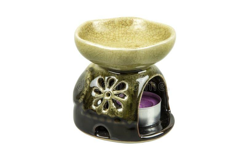 Lampe d'arome avec l'isolat brûlant de bougie sur le fond blanc Avec le chemin de coupure image stock