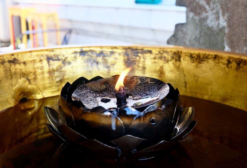 Lampe d'essence ou lampe à pétrole en Lotus Shape photos libres de droits