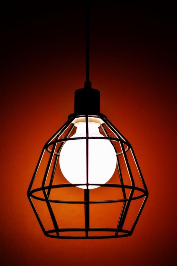 Lampe dans l'obscurité photos stock