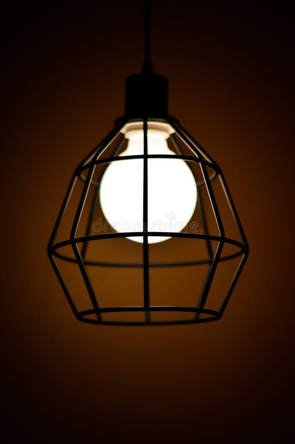 Lampe dans l'obscurité photo libre de droits