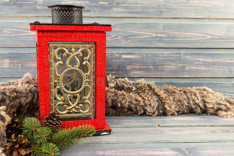 Lampe de bougie de Noël et fourrure naturelle sur la table en bois photos stock