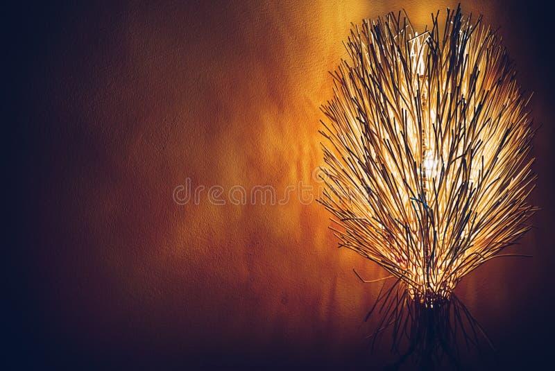 Lampe de bureau en bois rougeoyant dans le backgrou abstrait foncé de papier peint photo libre de droits
