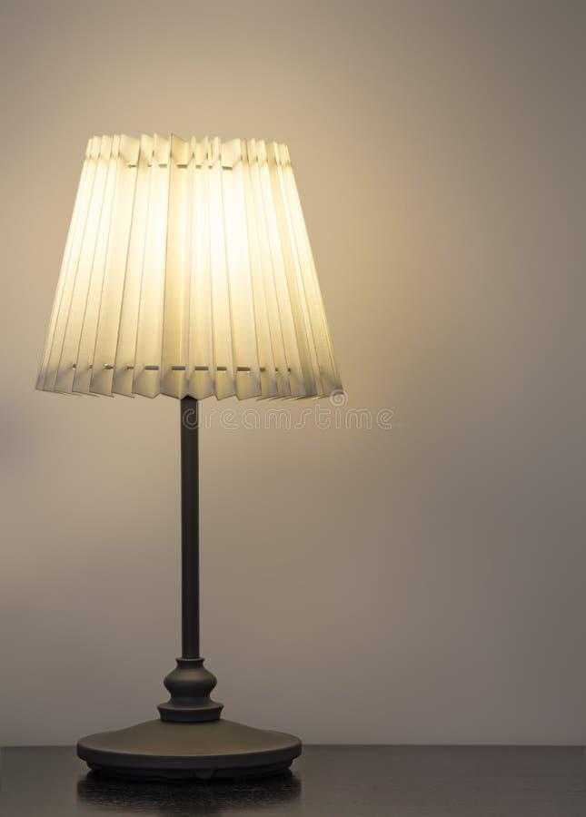Lampe de bureau sur la table en bois photo libre de droits