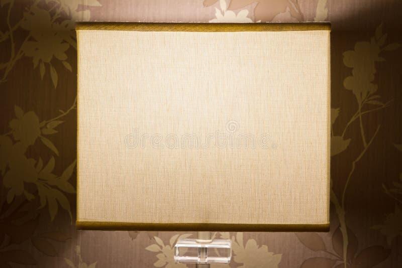 Lampe de chevet dans une chambre à coucher confortable photos libres de droits